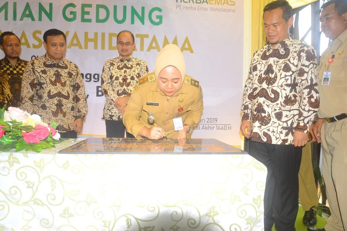Plt Bupati Tiwi Meresmikan Gedung PT Herba Emas Wahidatama